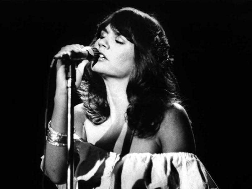 """Best Linda Ronstadt Songs: 20 Tracks The """"Queen Of Rock"""" Made Her Own"""